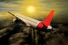 Wolken van de vliegtuig de Zonsondergang toegenomen Zon op de achtergrond van de vliegtuigaard royalty-vrije stock afbeelding