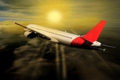 Wolken van de vliegtuig de Zonsondergang toegenomen Zon op de achtergrond van de vliegtuigaard royalty-vrije stock foto's