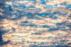 Wolken van de zonsondergang de dramatische hemel Royalty-vrije Stock Foto