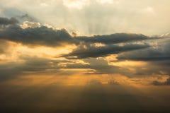 Wolken van de zonsondergang de dramatische hemel Royalty-vrije Stock Afbeeldingen