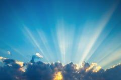 Wolken van de zonsondergang de dramatische hemel met zonnestraal stock afbeeldingen
