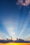 Wolken van de zonsondergang de dramatische hemel met zonnestraal stock afbeelding