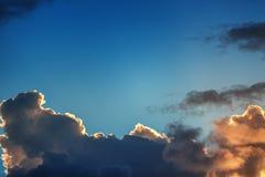 Wolken van de zonsondergang de dramatische hemel met zonnestraal royalty-vrije stock foto