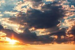Wolken van de zonsondergang de dramatische hemel met zonnestraal stock foto