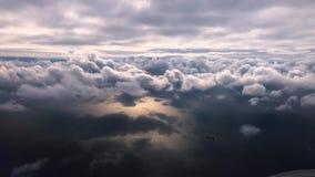 Wolken van een venster van commercieel vliegtuig stock videobeelden
