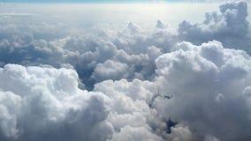 Wolken van een vliegtuigvenster De mening van de wolken van een vliegtuigvenster, 4k-lengtevideo stock footage
