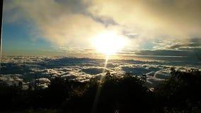 Wolken vanaf de bovenkant van een berg stock video