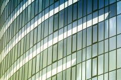 Wolken in vensters van de moderne bureaubouw die worden weerspiegeld Royalty-vrije Stock Foto's