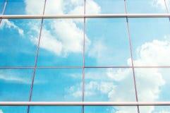 Wolken in vensters worden weerspiegeld dat Royalty-vrije Stock Foto
