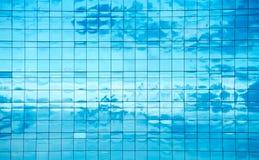 Wolken in vensters worden weerspiegeld dat Royalty-vrije Stock Afbeeldingen