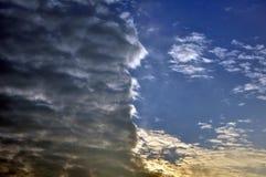 Wolken verdeelde kleurrijke lichte dark van de hemelzonsondergang Stock Fotografie
