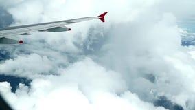 Wolken vom Flugzeug mit Flügel stock video footage