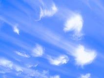 Wolken von Herzengeln auf einem blauen Hintergrund lizenzfreies stockfoto