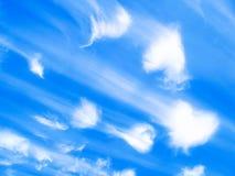 Wolken von Herzengeln auf einem blauen Hintergrund Stockfotos