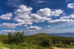 Wolken von ukrainischen Karpatenbergen Stockfotos