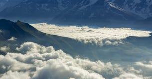 Wolken-Wasserfall in den Bergen Stockfotografie