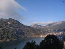 Wolken wat betreft de bergen royalty-vrije stock foto