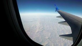 Wolken werden durch das Fenster eines Jet-Flugzeuges gesehen stock video footage