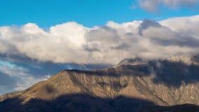 Wolken-Zeitspanne bei Cecil Peak, Queenstown, Neuseeland stock video