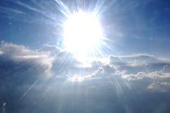 Wolken, zon, hemel zoals die door venster van een vliegtuig wordt gezien Stock Fotografie