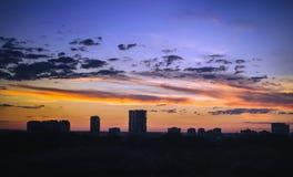 Wolken in zonsonderganghemel de achtergrond van stad Royalty-vrije Stock Afbeelding