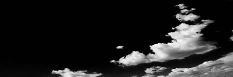 Wolken Zwarte achtergrond Geïsoleerde witte wolken op zwarte hemel Reeks geïsoleerde wolken over zwarte achtergrond De elementen  Royalty-vrije Stock Afbeeldingen