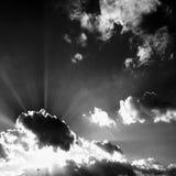 Wolken Zwarte achtergrond Geïsoleerde witte wolken op zwarte hemel Reeks geïsoleerde wolken over zwarte achtergrond De elementen  Stock Foto