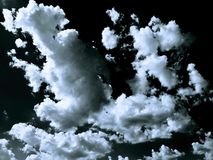 Wolken Zwarte achtergrond Geïsoleerde witte wolken op zwarte hemel Reeks geïsoleerde wolken over zwarte achtergrond De elementen  Stock Afbeeldingen