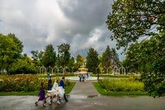 Wolkenabstand gibt genügend Zeit und Licht, ein Hochzeitsfoto zu machen Lizenzfreies Stockbild
