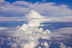 Wolkenachtergrond zoals die door het vliegtuig wordt gezien Stock Foto