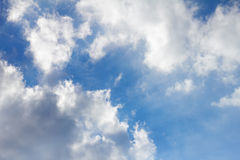 Wolkenanordnung angesichts der Sonne Stockfotos