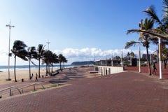 Wolkenbank over Overzees met Bedekte Promenade in Voorgrond Stock Foto