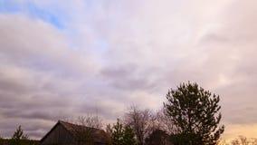 Wolkenbereik over de schuur Geschoten op Canon 5D Mark II met Eerste l-Lenzen 4K stock video