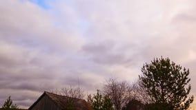 Wolkenbereik over de schuur. Tijdtijdspanne stock videobeelden