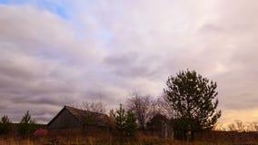 Wolkenbereik over de schuur. Tijdtijdspanne stock footage