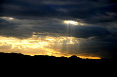 Wolkenberg op zonsondergang Stock Foto