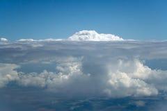 Wolkenberg unterhalb der Füße Stockbild