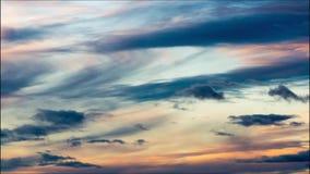 Wolkenbeweging in de winderige hemel bij zonsondergang Stock Afbeeldingen