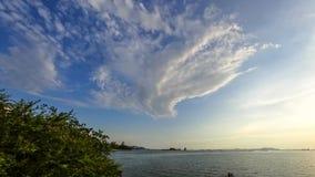 Wolkenbeweging met overzeese achtergrond, Tijdtijdspanne stock video