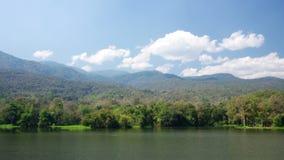 Wolkenbeweging over bergketen en reservoir stock videobeelden