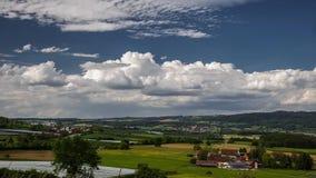 Wolkenbeweging over een grote vallei stock footage