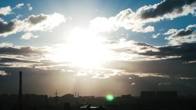 Wolkenbewegung durch den Abendhimmel Sonnenuntergang 4K stock footage