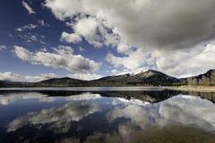 Wolkenbezinning in een nog watermeer royalty-vrije stock afbeeldingen