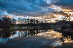 Wolkenbezinning over Meer bij Golfcursus met Brug Stock Afbeelding