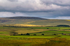 Wolkenbildung über Hügeln und Bauernhöfen stockbilder