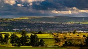 Wolkenbildung über Hügeln und britischer Stadt lizenzfreies stockfoto