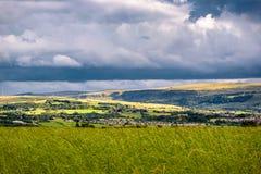 Wolkenbildung über Hügeln und Tal stockfotografie