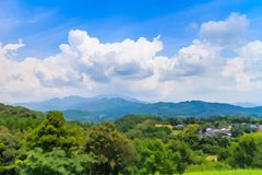 Wolkenbildung mit Bergblick Stockfoto