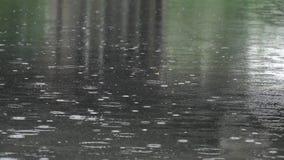 Wolkenbruch auf dem Fluss stock video