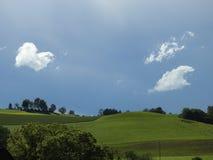 Wolkendans over heuvels Stock Afbeelding